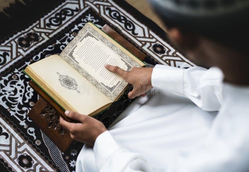 Muzułmański mężczyzna studiuje koran fotografia stock