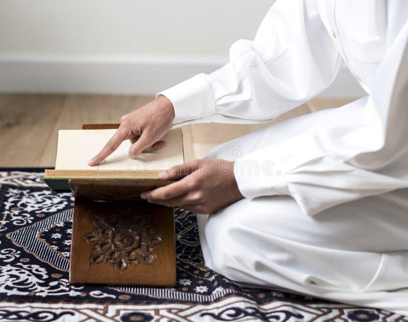Muzułmański mężczyzna studiuje koran zdjęcie stock