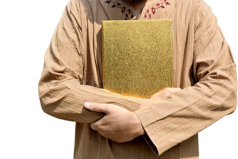 Muzułmański mężczyzna trzyma Koran zdjęcie royalty free