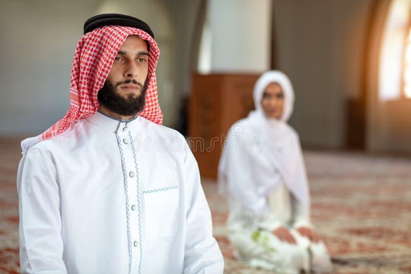 Muzułmański modlenie mężczyzna, kobieta w meczecie i zdjęcie stock