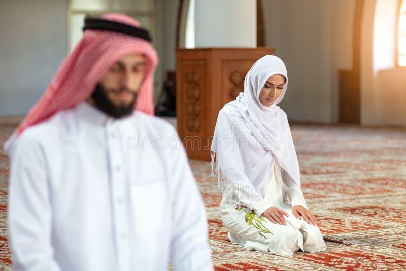 Muzułmański modlenie mężczyzna, kobieta w meczecie i zdjęcia royalty free