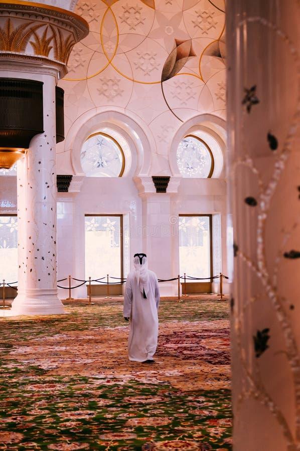Muzułmański modlitewny odprowadzenie w Sheikh zayed uroczystego meczet Abu Dhabi - UAE zdjęcia stock