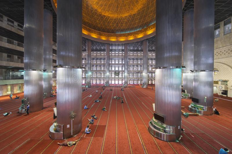 Muzułmański turystyczny odwiedzać w Istiqlal meczecie obrazy royalty free