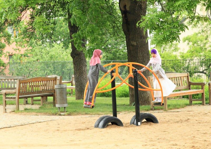 Muzułmańskie dziewczyny na boisku zdjęcia stock