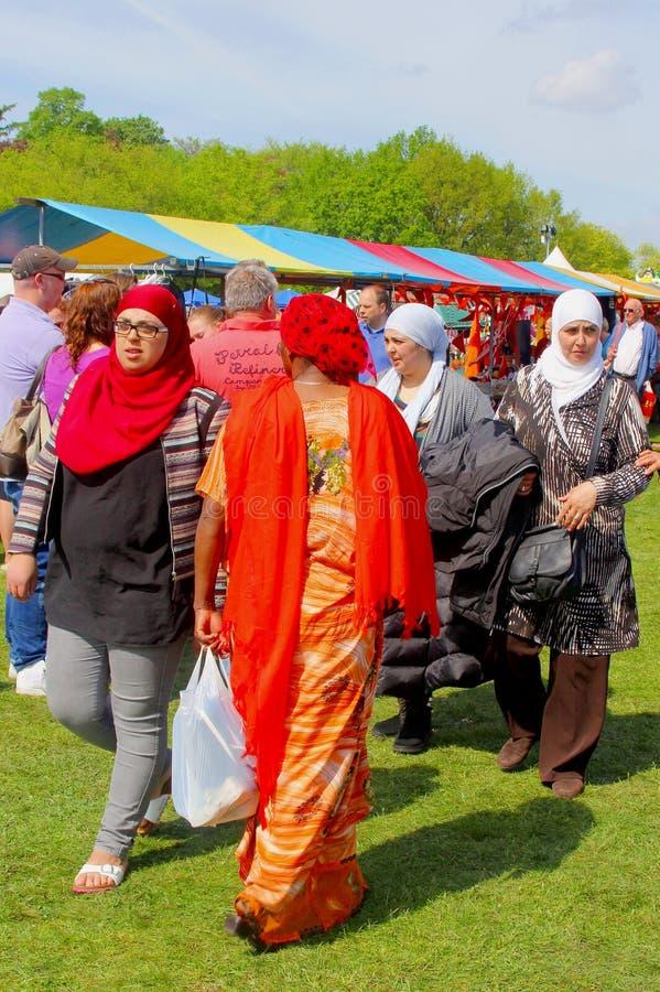 Muzułmańskie kobiety robią zakupy przy Vrijmarkt na Koningsdag, holandie fotografia stock