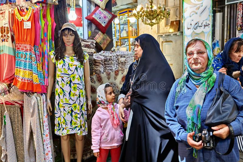 Muzułmańskie kobiety spacerują przez Teheran Uroczystego bazaru, Iran obraz royalty free