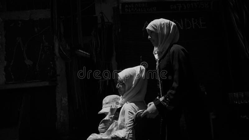 Muzułmańskie kobiety w ulicach Marakech zdjęcia royalty free