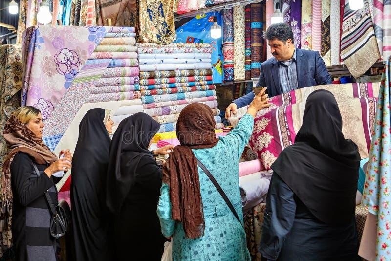 Muzułmańskie kobiety wybierają płótno w uroczystym bazarze Teheran, Iran fotografia stock