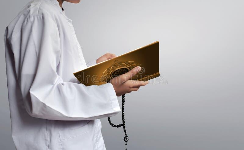 Muzułmańskiego dzieciaka czytelniczy koran obraz stock