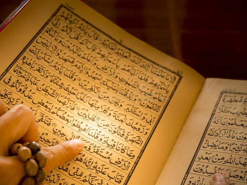 Muzułmańskiej mężczyzna ręki czytelniczy koran, święta księga zdjęcia stock