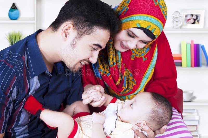 Muzułman rodzice i śliczna chłopiec w żywym pokoju zdjęcia royalty free