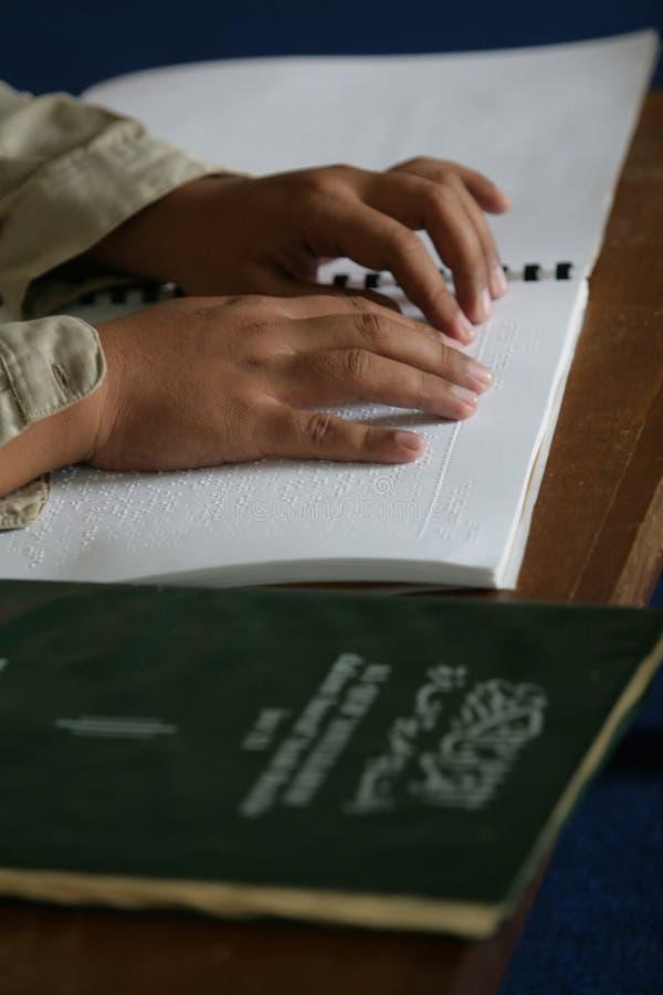 Muzułmanie czyta Braille koranu koran fotografia royalty free