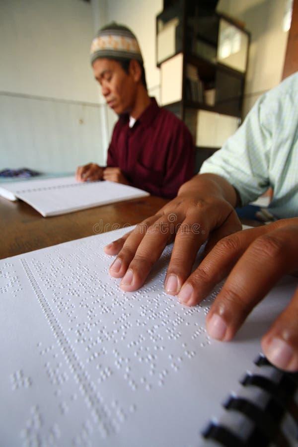 Muzułmanie czyta Braille koranu koran obrazy stock