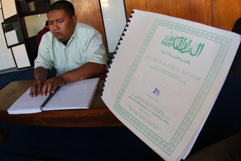 Muzułmanie czyta Braille koranu koran zdjęcie royalty free
