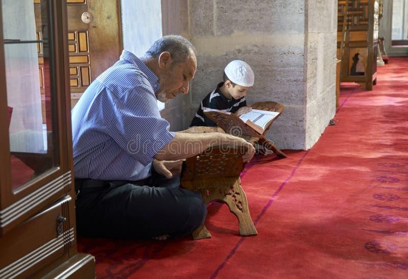 Muzułmanie czytają Świętego koran przy meczetem zdjęcie royalty free