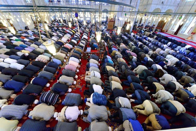 Muzułmanie one modlą się w meczetowym Fatih zdjęcia royalty free