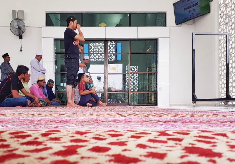 Muzułmanie ono modli się wśrodku nowego Seksyen 7 meczetu na Piątku fotografia royalty free