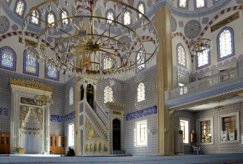Muzułmanie znajdują pokój czytać koran przy meczetem zdjęcia stock