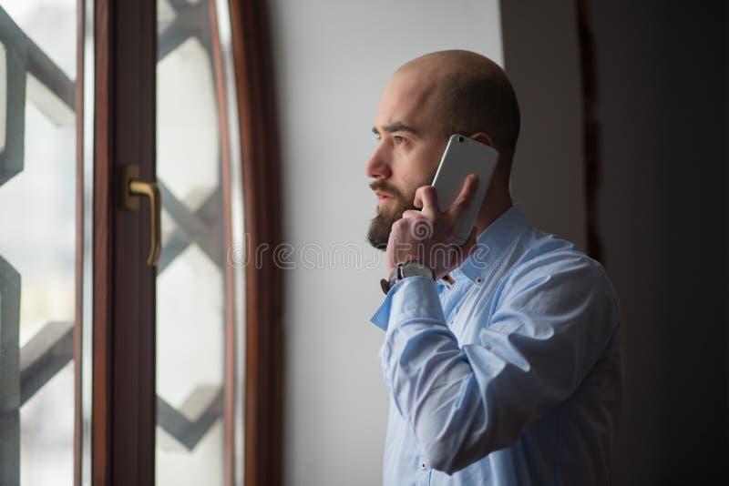 Muzułmanin opowiada na telefonie zdjęcie stock