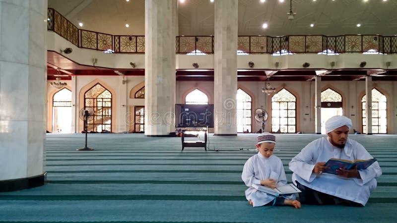 Muzułmanin recytuje koran zdjęcie royalty free