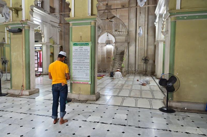 Muzu?ma?ski dewotki modlenie w?rodku Nakhoda Masjid, Kolkata obrazy royalty free