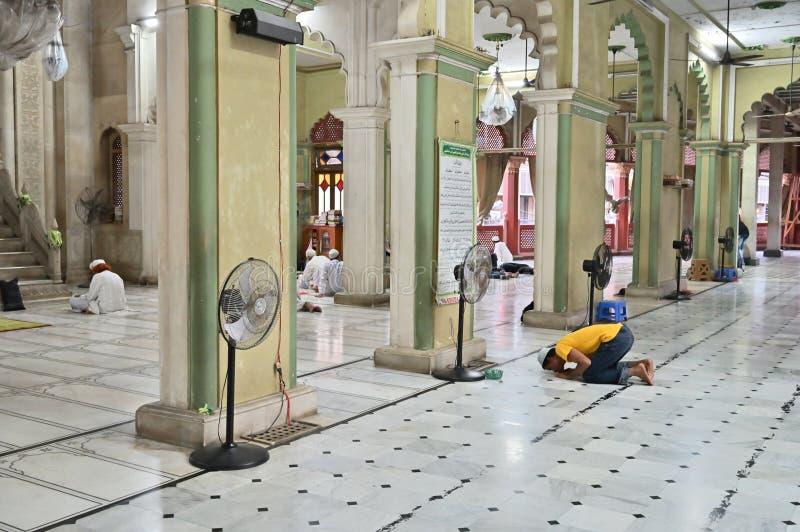 Muzu?ma?ski dewotki modlenie w?rodku Nakhoda Masjid, Kolkata obraz royalty free
