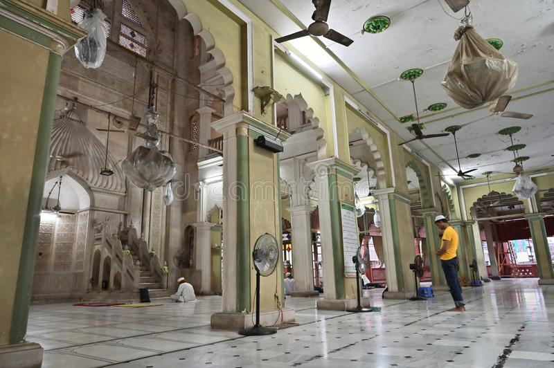 Muzu?ma?ski dewotki modlenie w?rodku Nakhoda Masjid, Kolkata fotografia royalty free