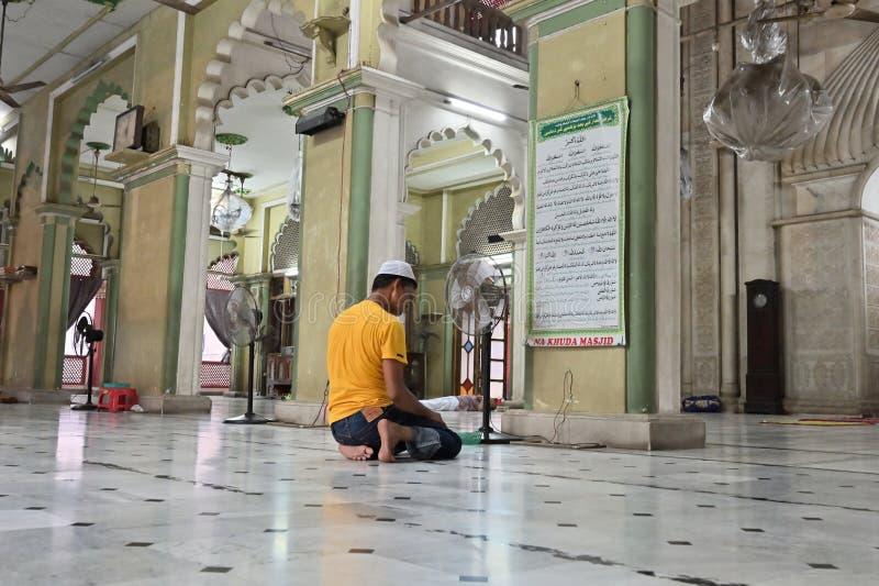 Muzu?ma?ski dewotki modlenie w?rodku Nakhoda Masjid, Kolkata zdjęcia stock