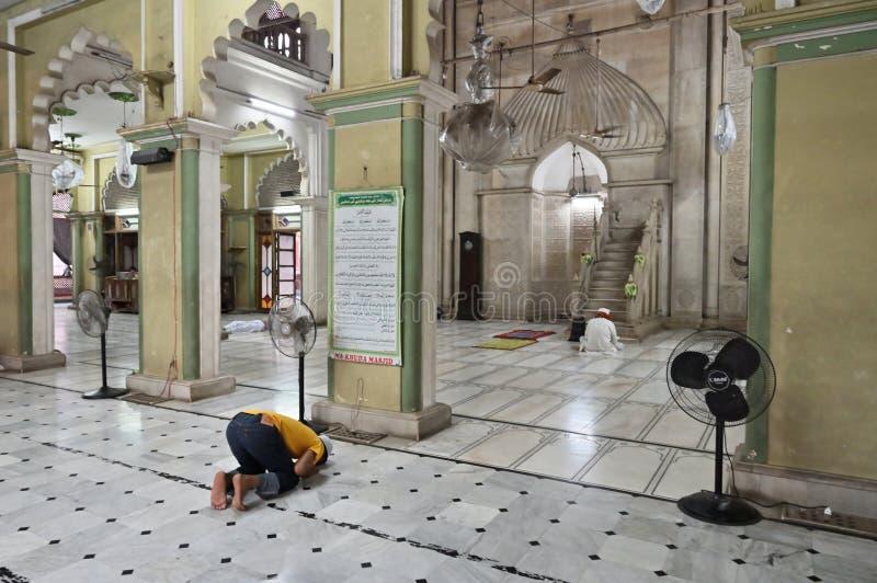 Muzu?ma?ski dewotki modlenie w?rodku Nakhoda Masjid, Kolkata obrazy stock