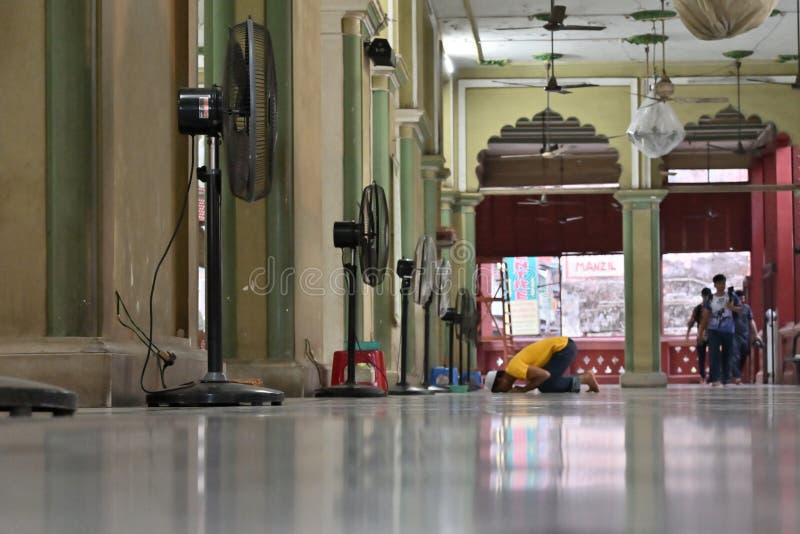 Muzu?ma?ski dewotki modlenie w?rodku Nakhoda Masjid, Kolkata obraz stock