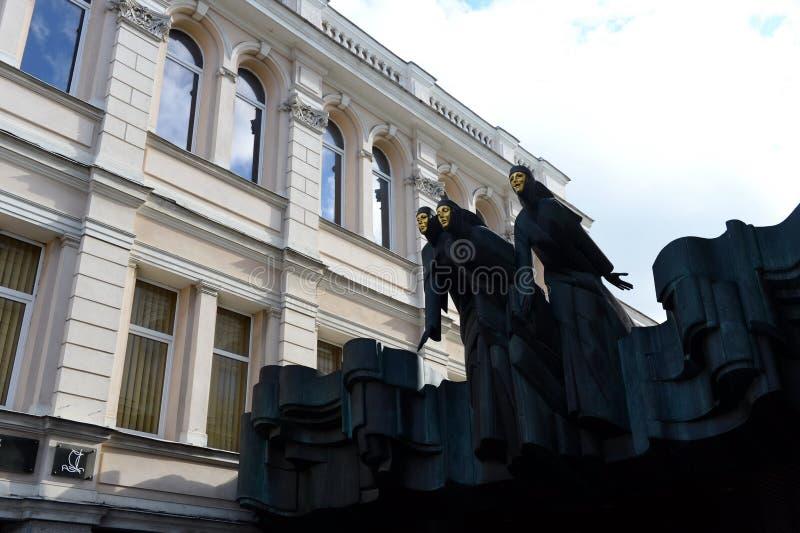 Muzy są nad wejście Litewski Krajowy dramata teatr w Vilnius obraz royalty free