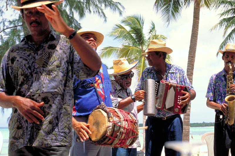 Muzycy bawić się lokalne piosenki dla wakacyjnych producentów przy Varadero plażą obrazy stock