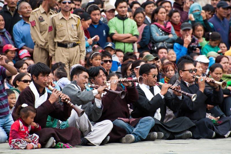 Muzycy bawić się muzykę ludową przy festiwalem Ladakh dziedzictwo w Leh, India obrazy stock