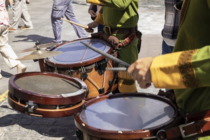 Muzycy bawić się przez ulic stary miasto zdjęcie royalty free