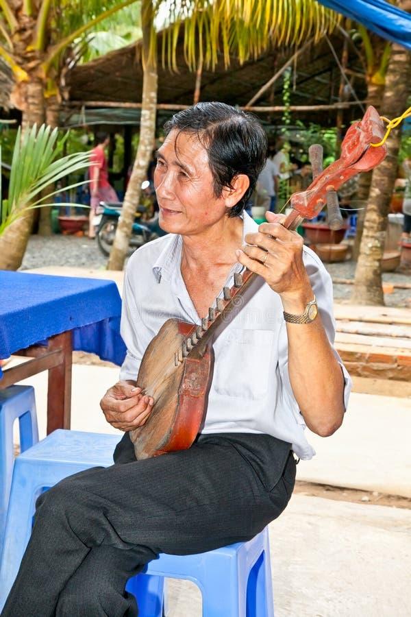 Muzycy bawić się przy bliźniaczym akordu folklorem w Ben Tre przy, Vietna fotografia stock