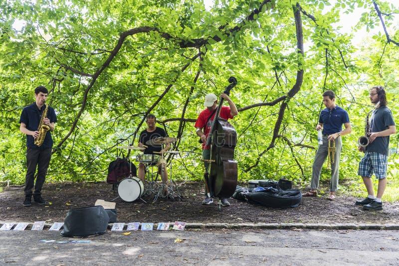 Muzycy jazz i błękity bawić się w central park, Miasto Nowy Jork, usa fotografia stock