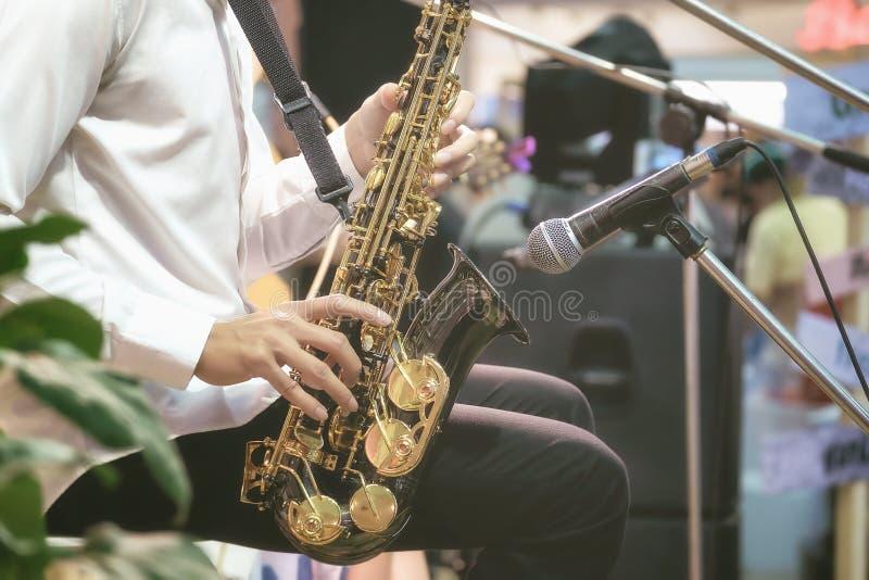 Muzycy używają saksofon dla muzyka na żywo zdjęcie royalty free