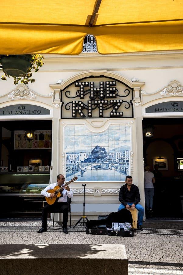 Muzycy w Drzewnych Prążkowanych Głównych zakupy ulicach w Funchal maderze Portugalia zdjęcie royalty free
