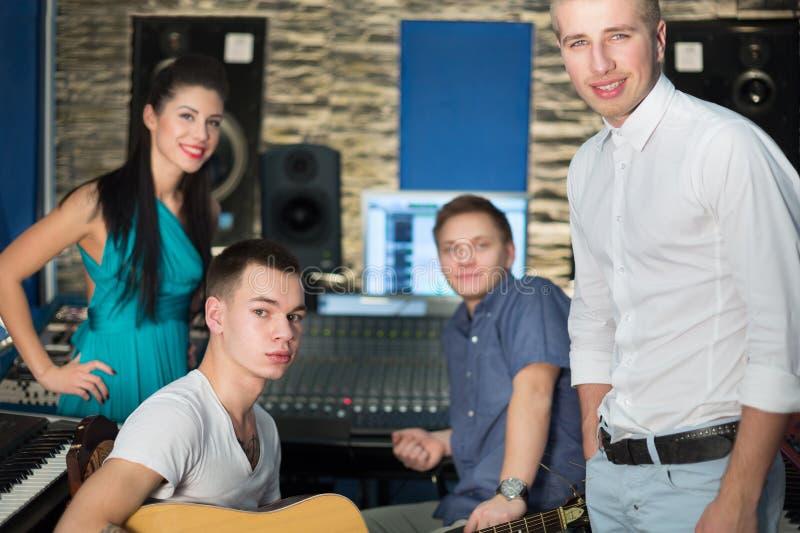 Muzycy w studiu nagrań z wyposażeniem zdjęcia royalty free