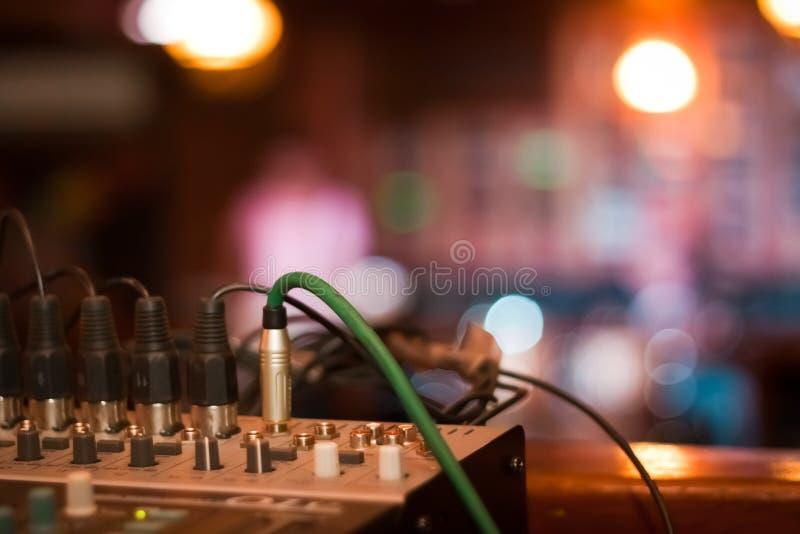 Muzyczna konsola z faders i kablami przygotowywającymi zanim koncert w pubie, płytki dof, niskiego światła fotografia obraz royalty free