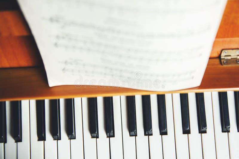Muzyczna książka na pianinie fotografia stock