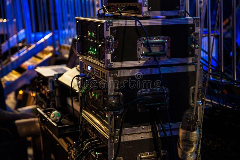 Muzyczni audio amplifikatory i dj miesza konsolę zdjęcia stock