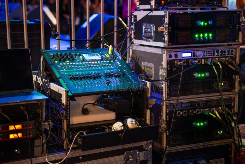 Muzyczni audio amplifikatory i dj miesza konsolę zdjęcie stock