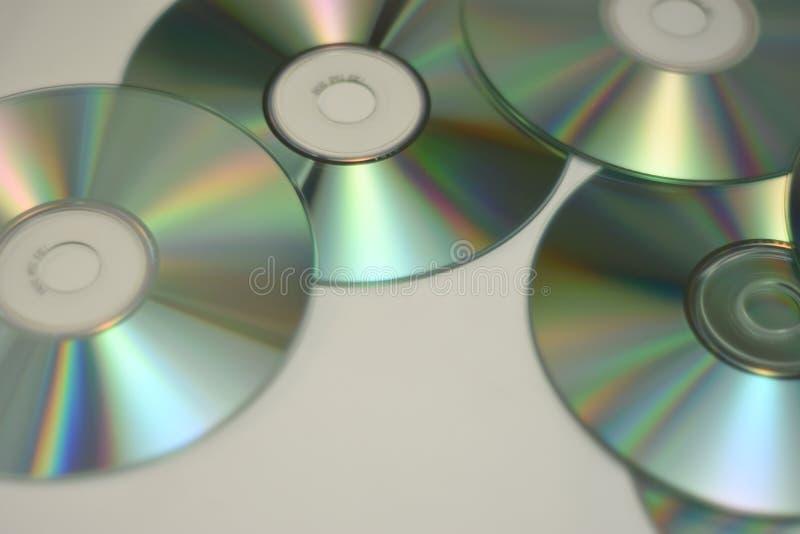 Muzyczni cd i Dvd w stosie podczas gdy błyszczący fotografia stock