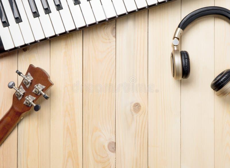 Muzyczni instrumenty na drewnianym stole zdjęcie stock