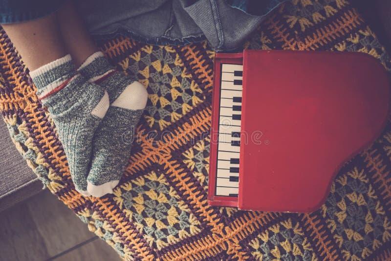 Muzyczny pianino z osamotnioną słodką dziewczyną śpi blisko w domu obrazy royalty free