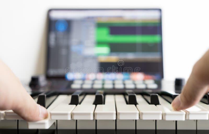 Muzyczny pieśniowy aranżer pracuje w jego studiu zdjęcie royalty free