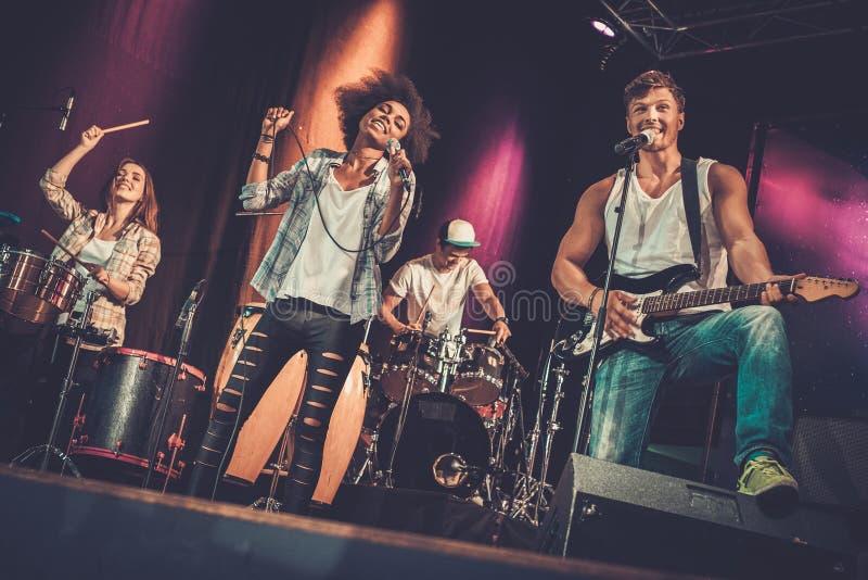 Muzyczny zespołu spełnianie na scenie fotografia royalty free