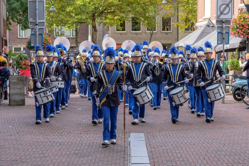 Muzyczny zespołu zwycięstwo maszeruje przez ulic Delft obraz royalty free