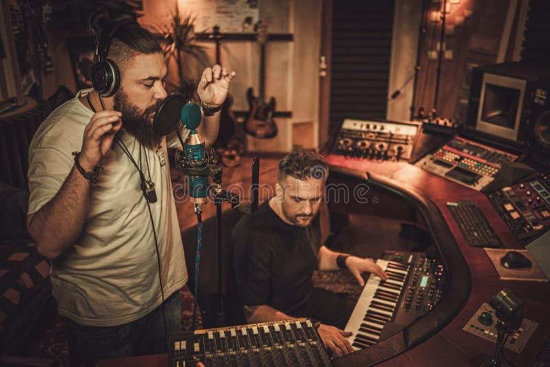 Muzyków nagrywać wokalnie i klawiatury w butika studiu nagrań zdjęcie royalty free